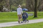 In wenigen Schritten einen Sonnenschirm am Kinderwagen anbringen
